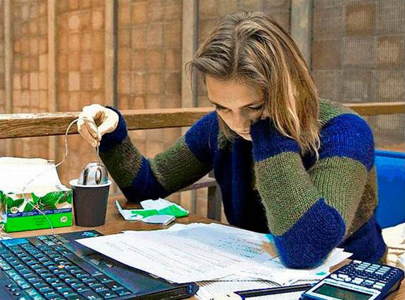 Foto de una chica muy concentrada