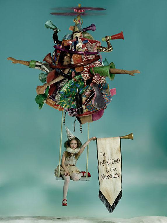 Imagen de Gaby Herbstein, de su trabajo 'Huella ecológica 2' (una niña con desechos plásticos)