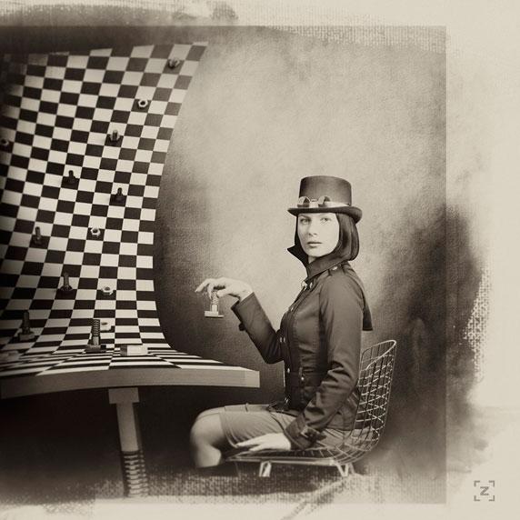 Uma mulher diante de um enorme tabuleiro de xadrez (October, by Alexander Zatsepin)
