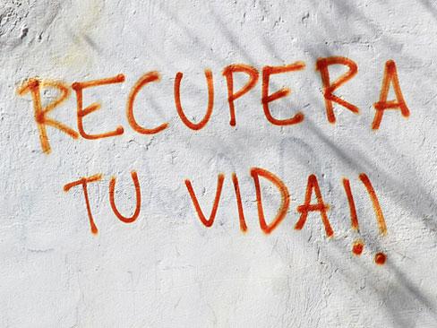 Foto de una pintada callejera que dice: 'Recupera tu vida!!'