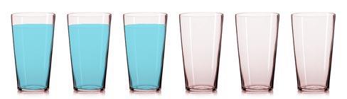 Sei bicchieri, tre pieni e tre vuoti