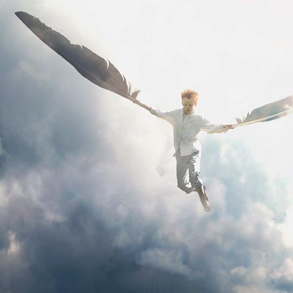 Un niño volando con la ayuda de dos plumas (Título: Air; Autor: Fiddleoak)