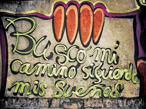 Foto de una pintada callejera que dice: 'Busco mi camino siguiendo mis sueños'