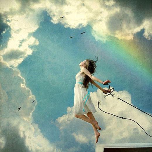 Una mujer liberándose de sus ataduras