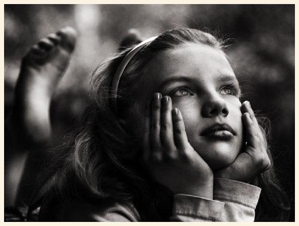 Una chica imaginando, pensando.