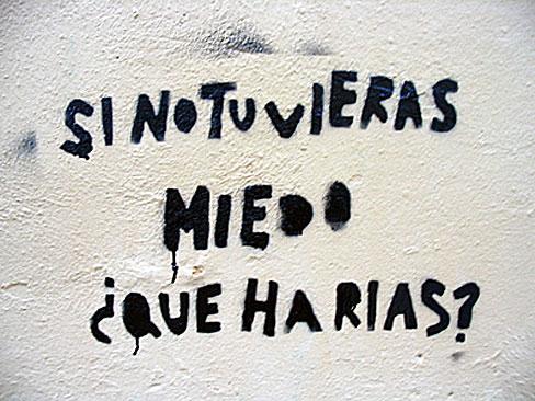 Foto de una pintada callejera que dice: 'Si no tuvieras miedo, ¿qué harías?'
