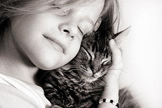 Foto de una niña feliz, con su gato