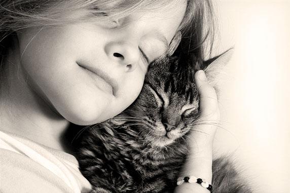 Foto di una bambina felice, con il suo gatto