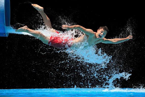 Una persona feliz, saliendo de un tobogán acuático (Imagen de Krista Long)