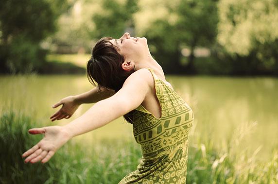 Photo d'une femme heureuse, avec une haute estime de soi