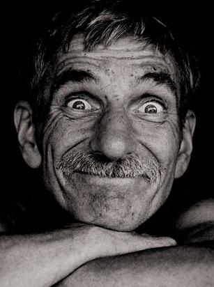 Foto de un hombre viejo pero feliz.