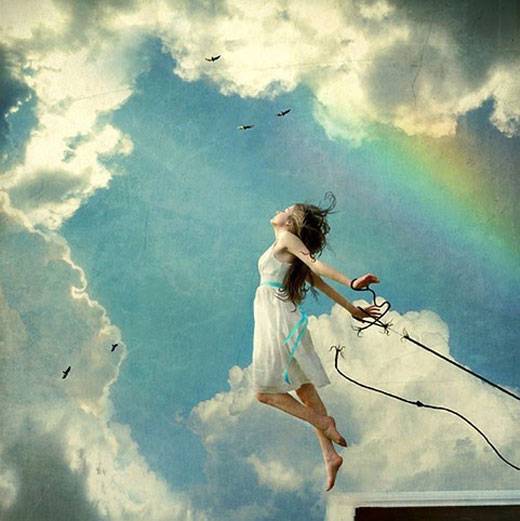 Imagen de una mujer liberándose de sus ataduras