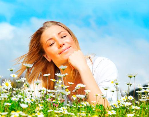 Foto de una mujer joven, imaginando algo agradable.